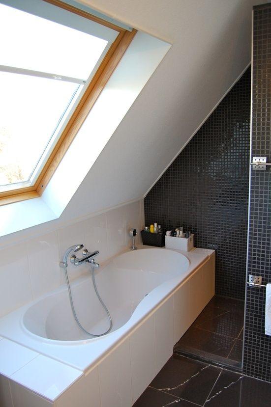 Kleine badkamer met schuin dak - Kleine badkamers.nl
