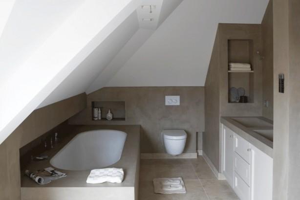 Kleine badkamer met schuin dak kleine - Badkamer m met bad ...