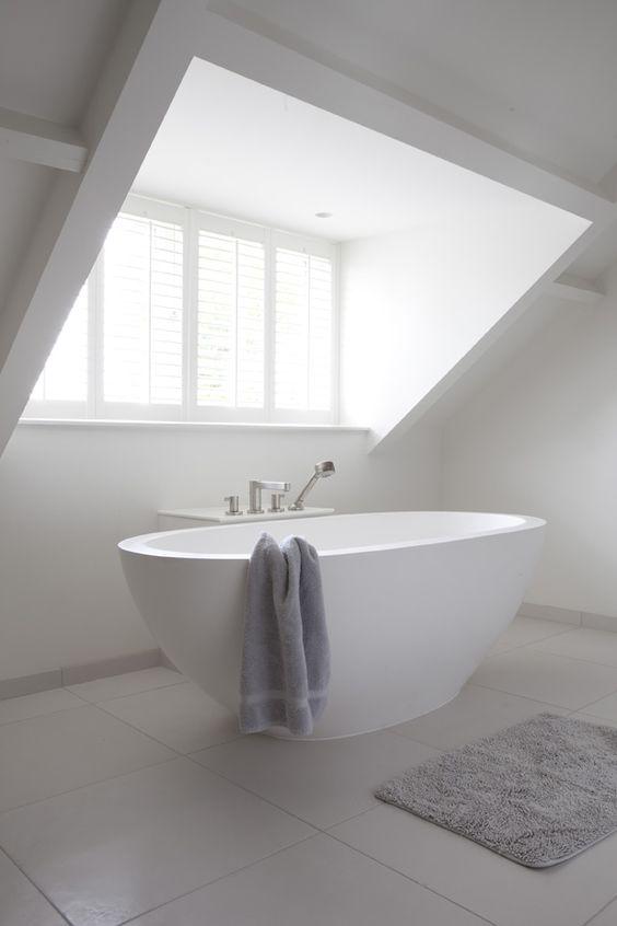 Badkamer op zolder maken tips en voorbeelden - Deco master suite met badkamer ...