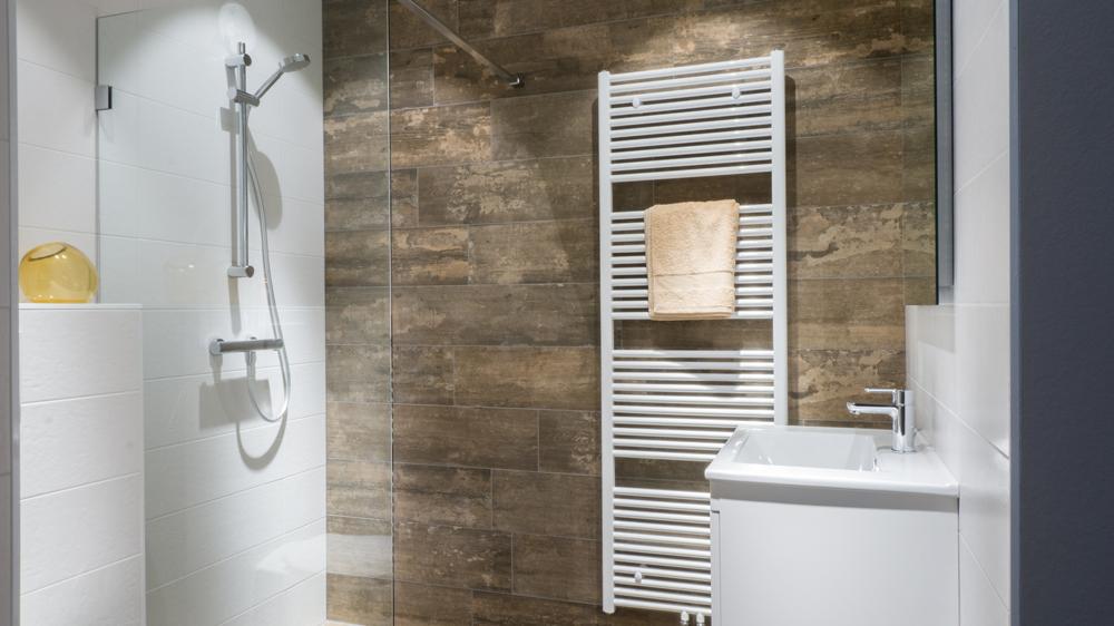 Kleine badkamer van Baderie met houtlook tegels. Bekijk de opstelling