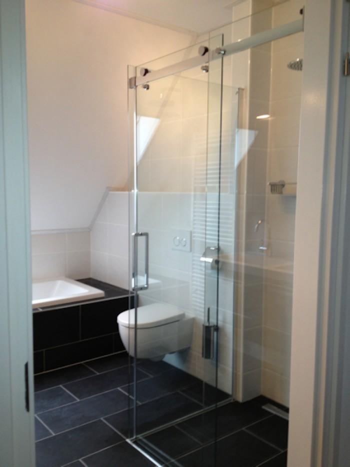Kleine slaapkamer met douche for - Slaapkamer met kleedkamer en badkamer ...